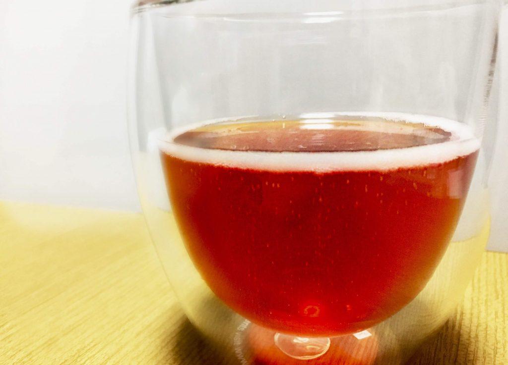 グラスに注いだフェンティマンス スパークリング・ラズベリー