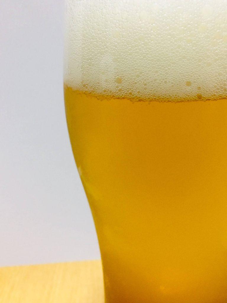 グラスに注いだカールスバーグのアップ