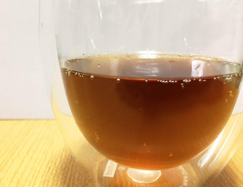 グラスに注いだコカ・コーラ エナジー